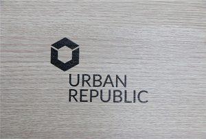 Impresión de logos en materiais de madeira por WER-D4880UV